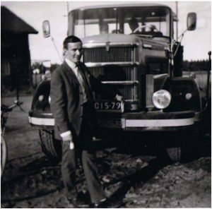 Martti Takanen auton edessä